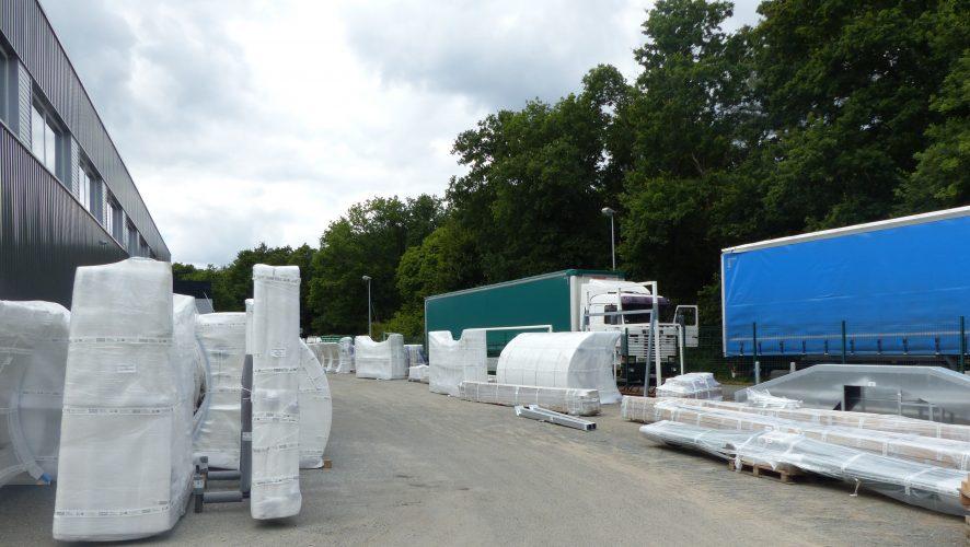 Arrivée des camions pour chargement équipements