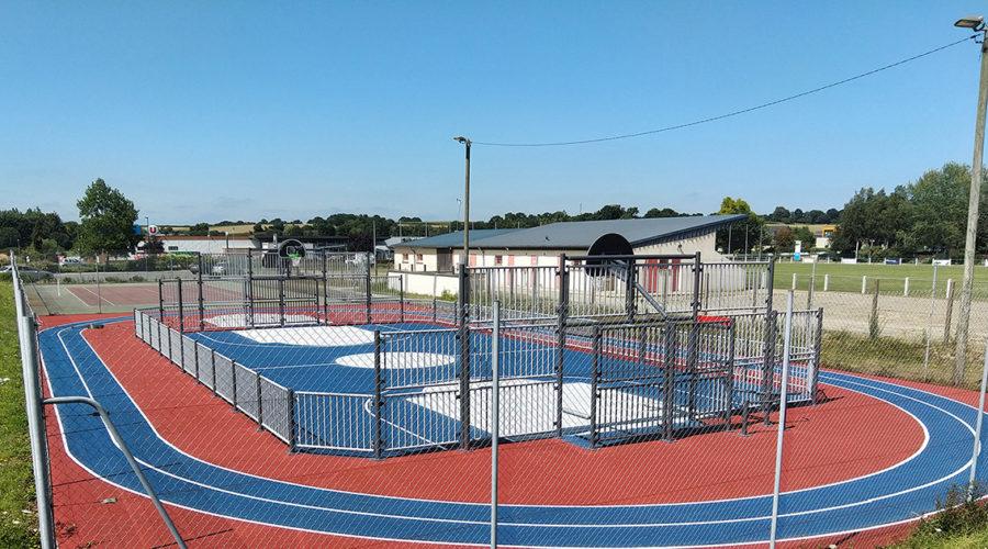 Terrain multisports avec piste d'athlétisme